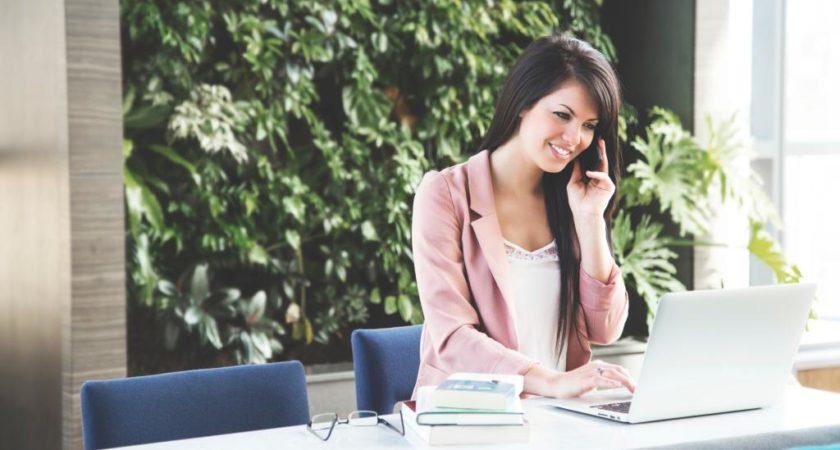 Jak zadbać o plecy pracując przy biurku?