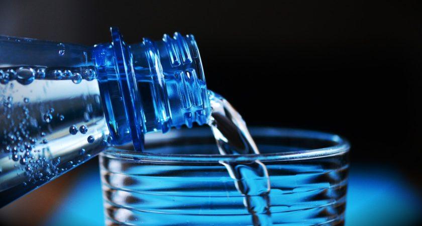 Mineralna, czy źródlana – którą wodę wybrać?